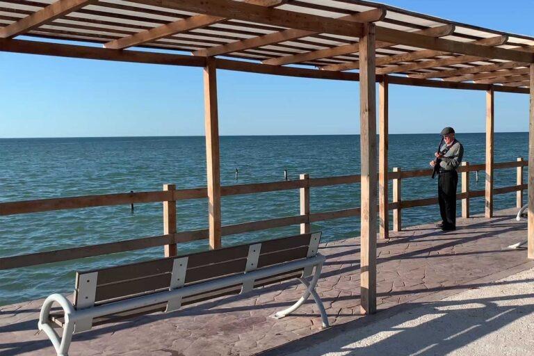 Don Carlos Avila Junto al mar
