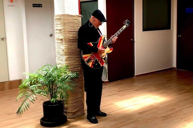 Don Carlos Avila y su guitarra
